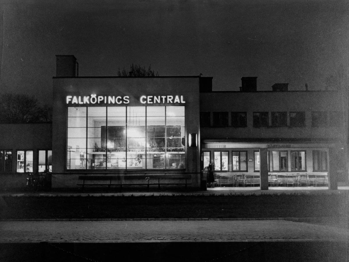 """""""Vid gatukorset"""" (Storgatan-S:t Olofsgatan). Från utställningen """"Falköping i bild"""" 1952."""