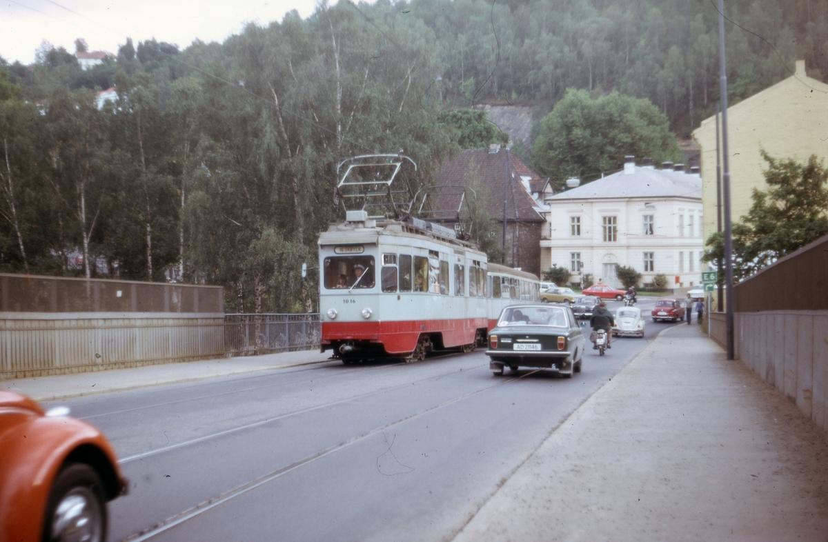 Ekebergbanens sporvogn 1016 med tilhenger ved Geitabru, Oslogate.