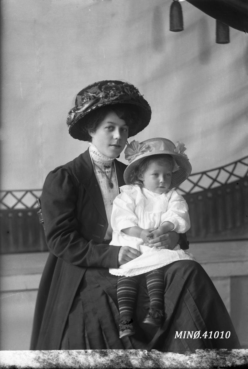 Portrett av kvinne og jente. Frøken Gunther