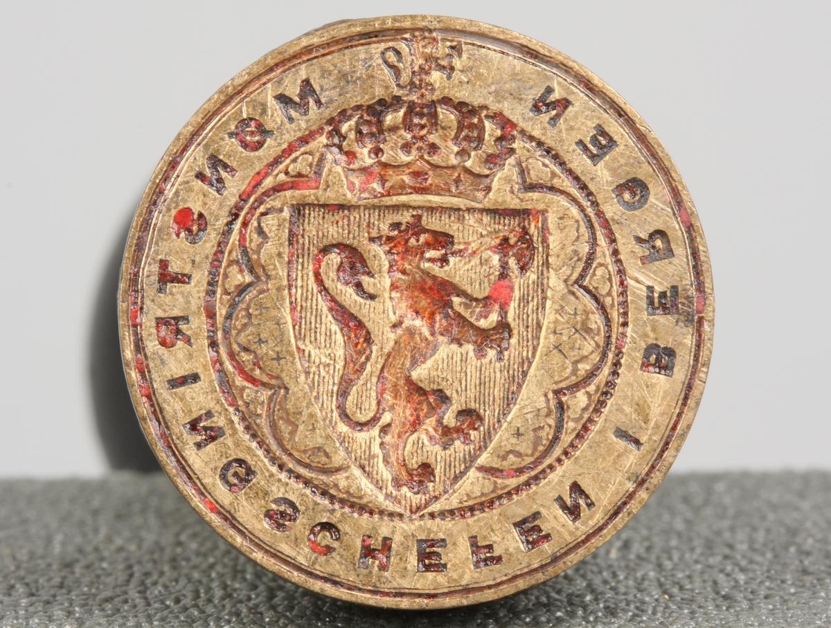 Stempel med tekst samt våpenskjold med den norske løve.