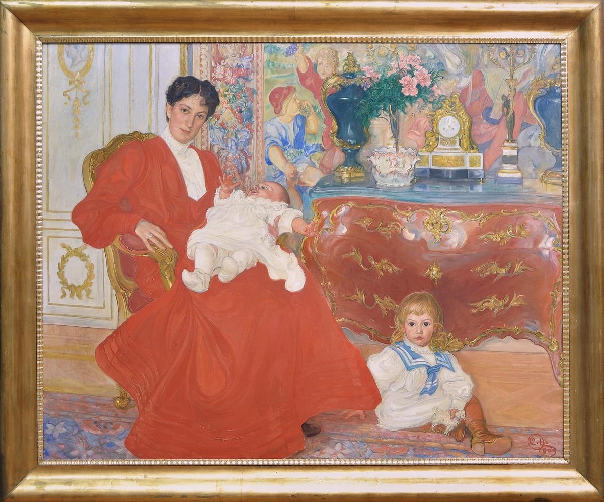 """Porträtt, oljemålning på duk, """"Porträtt av fru Dora Lamm och hennes två äldsta söner"""" av Carl Larsson. Fru Lamm (född Upmark) avbildas snett framifrån i helfigur, sittande i en rokokostol. Hon är klädd i röd dräkt med vitt krås. I knäet håller hon sin yngste son i vit babydräkt, och på golvet vid hennes fötter sitter den äldsta sonen iklädd vita kläder med blå sjömanskrage; han har i v. hand ett leksaksfår. Bakom sistnämnde pojke står en röd rokokobyrå med urnor, kandelabrar, blomkruka och bordspendyl. Fonden utgöres av en vägg med gobeläng med figurscener och panelning i gustaviansk stil.  Bred förgylld ram med hopplist."""