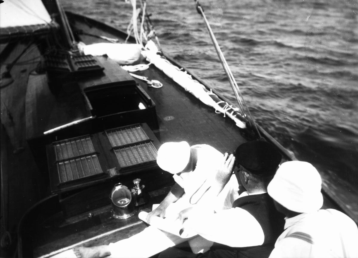 """S/y """"Ingvor"""", sjökortstudier."""