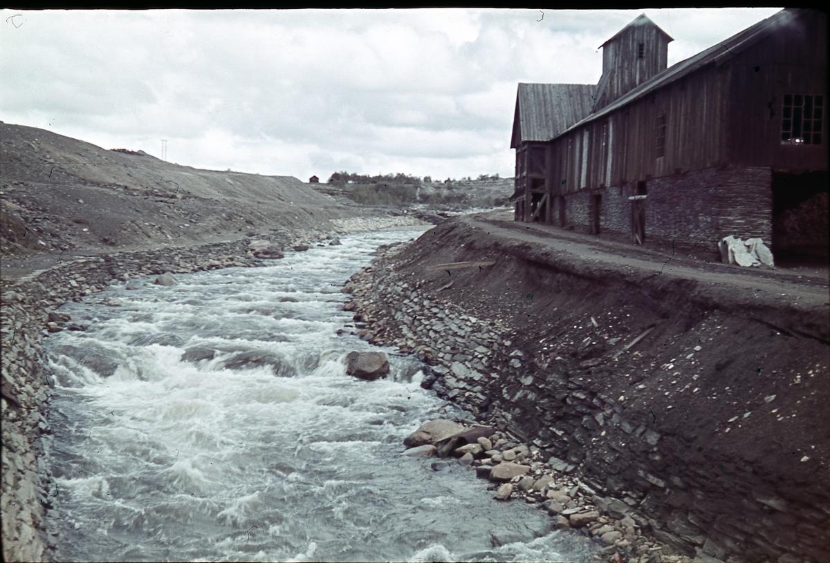 Hyttelva ved Øvre Malmplassen på Røros. Mælan på høyre side av elva og murhytta til venstre.