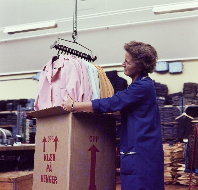 Kvinnelig arbeider pakker klær i esker i ferdiglageret til konfeksjonsfabrikken til Jonas Øglænd AS på Sandnes.