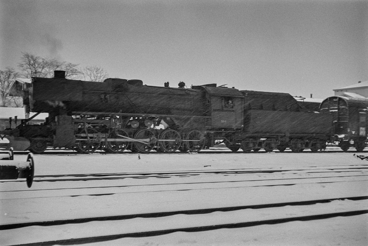 Nordgående godstog på Trondheim stasjon. Toget trekkes av damplokomotiv type 63a nr. 5841