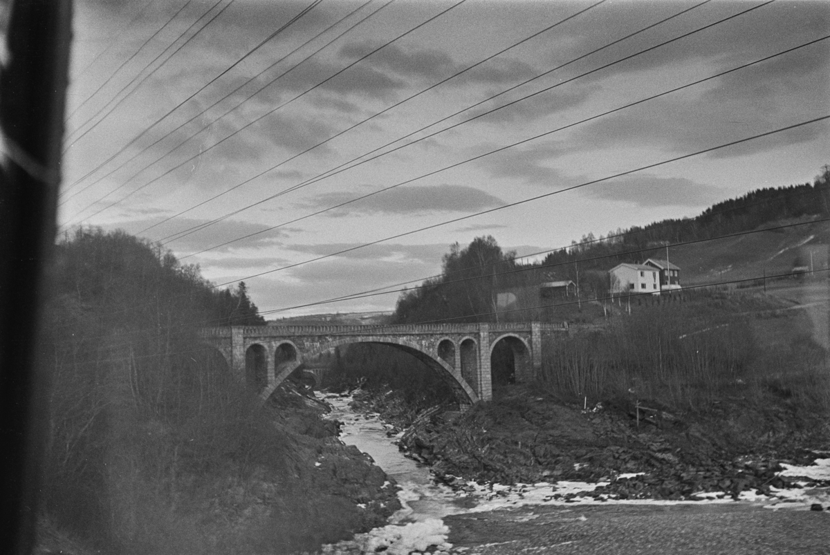 Steinhvelvbru over Gaula ved Gulfossen, nord for Hovin stasjon på Størenbanen.