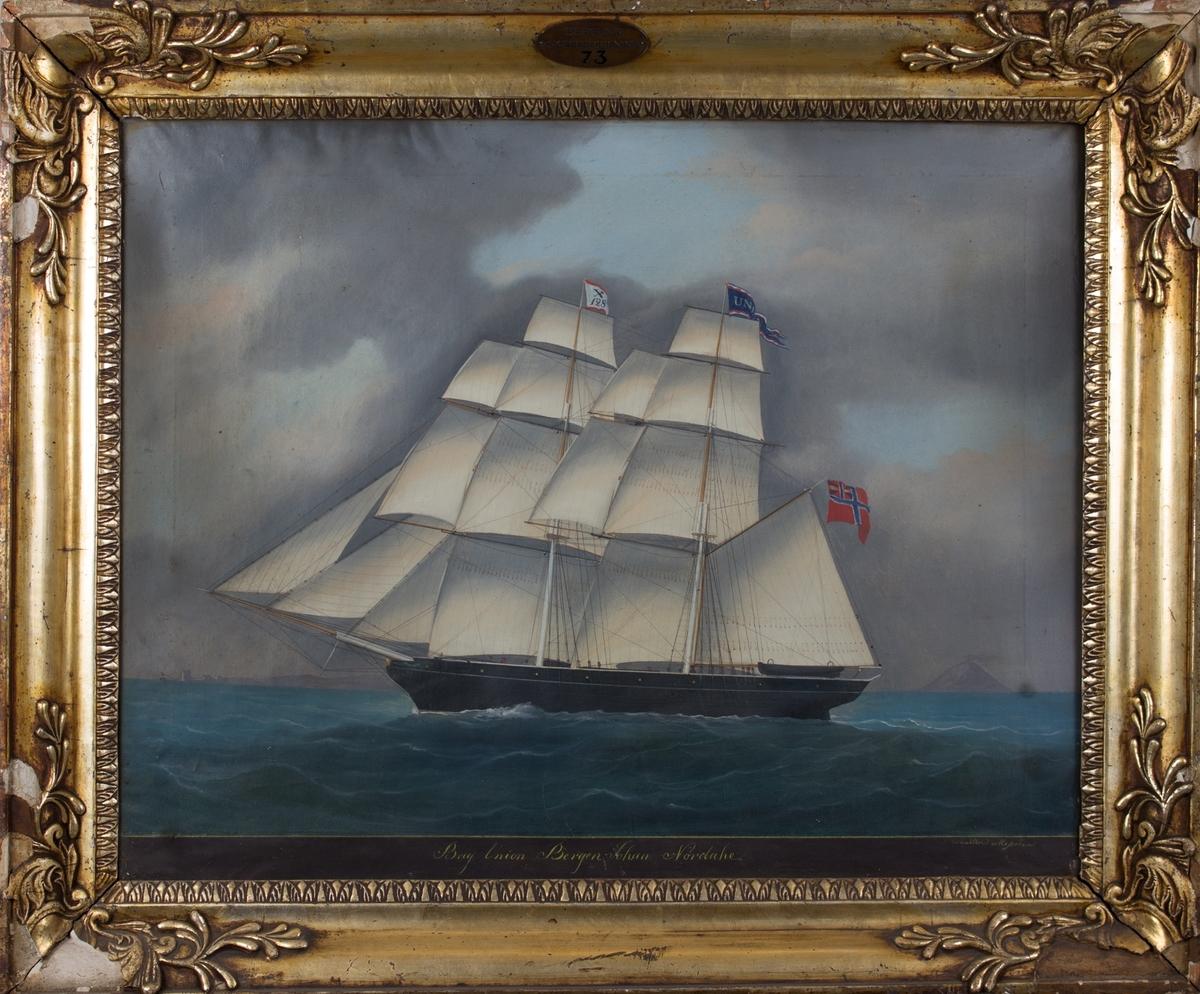 Skipsportrett av brigg UNION på åpent hav. Kystlandskap i horisonten til venstre, vulkan med røyk i horisonten til høyre i motivet. Fartøyet fører signalflagg med X 125, vimpel med skipets navn og norsk flagg med unionsmerke.
