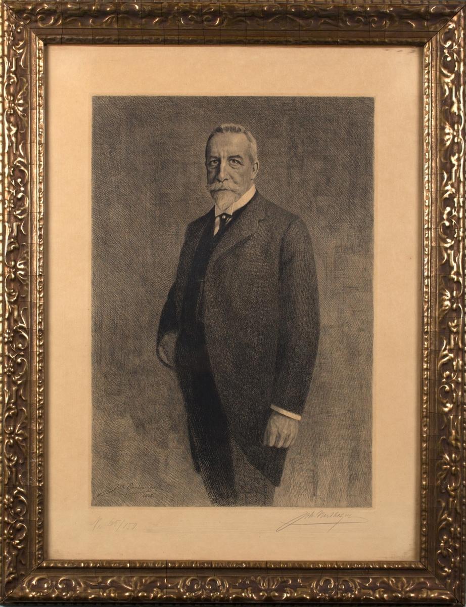 Portrett av Christian Michelsen i halvfigur. Kledd i mørk, åpen dressjakke med snipp, hvit skjorte og slips med slipsnål. Mørk vest med klokkekjede og lysere bukser med tynne, svarte striper.