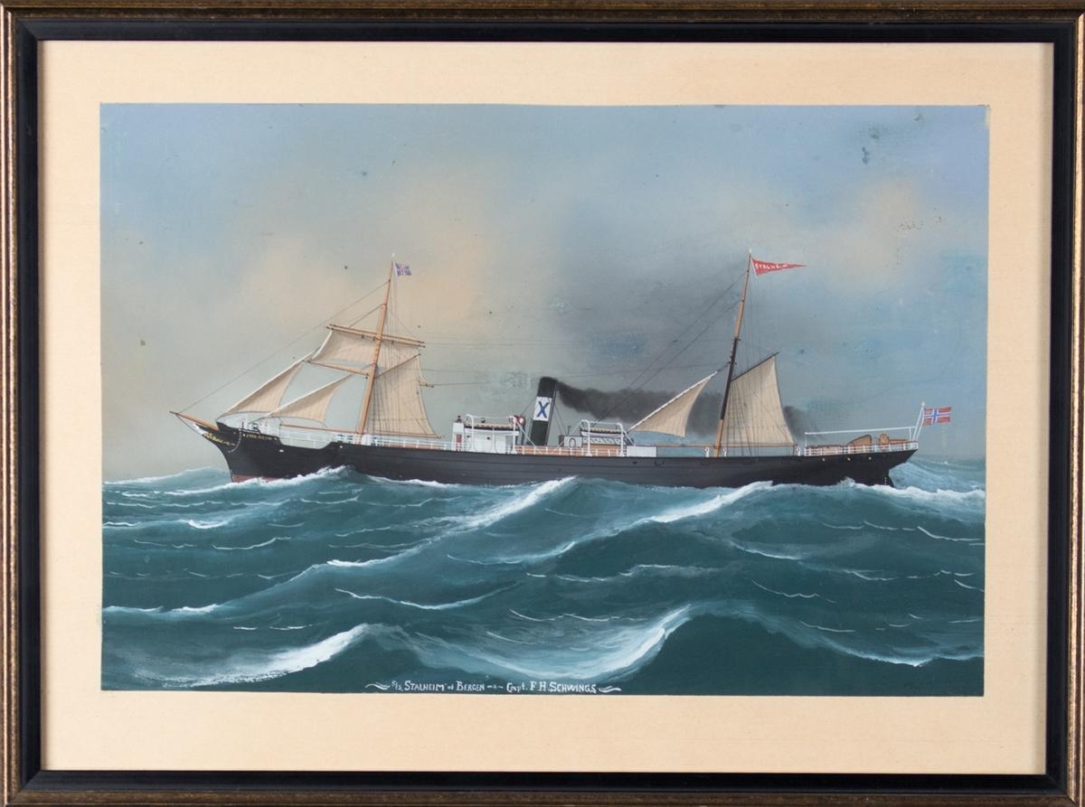 Skipsportrett av DS STALHEIM under fart i åpen sjø med seilføring. Fører unionsflagg akter samt vimpel i mast. Skorsteinsmerke til Andr. Olsen, Bergen (blå X på hvit bunn).