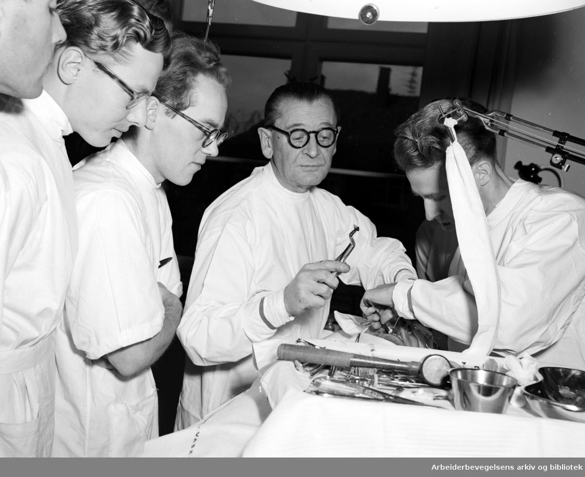 Tannlegehøyskolen. Operasjon av en pasient. November 1951