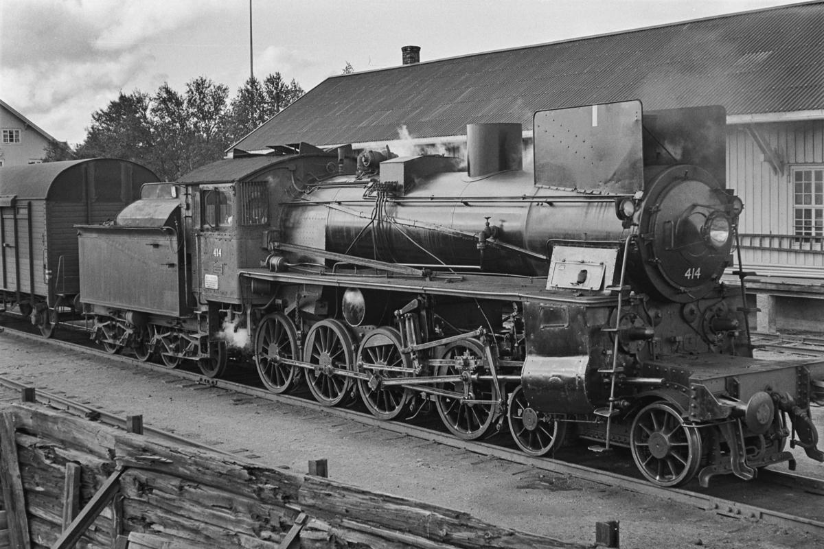 Sydgående godstog på Rørosbanen på Røros stasjon. Toget trekkes av damplokomotiv type 26c nr. 414.