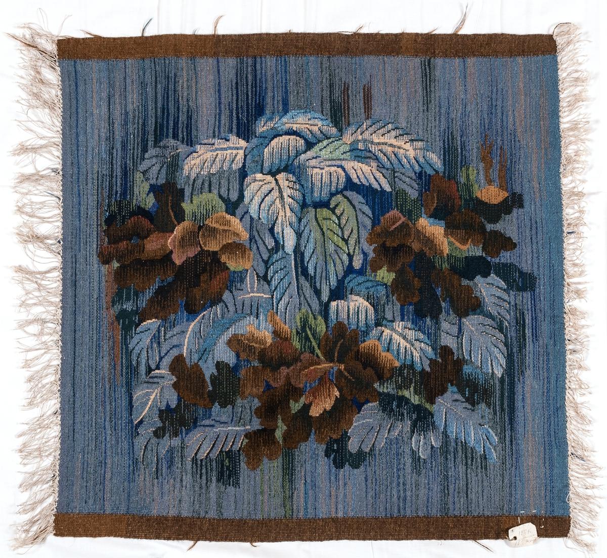 Vävnader i haute lisse, 2 st. 58 x 56, från H.V. (även HU.259). Linnevarp. Mönstergarnet persiskt garn och s.k. Carl Larssongarn i blå och bruna nyanser, något grönt och svart, samt oblekt lingarn. Komponerade av Maja Sjöström, H.V. Signerade med H.V.s märke      /inregistrerat från 1909/. Inköpta omkr. 1910 som prov till soffa och fåtöljer som senare beställdes till Hofors herrgård med detta tyg.