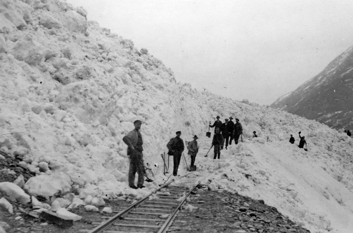 Aurabanen stengt av snøskred ved Hårstad. Sporet spas frem med håndmakt.