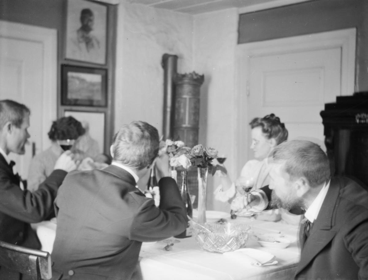 Selskap ved Ingerid Jordes barnedåp, antakelig hos hennes mormor og morfar Groth ved Moss. Thora Jorde bak rødvinsglasset. Bestemors søster Borghild Groth.