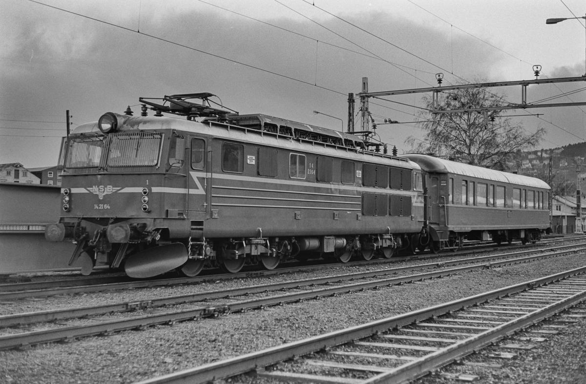 Elektrisk lokomotiv type El 14 nr. 2164 og personvogn type B2. Lokomotivet var kjørt til Trondheim kort før åpningen av Dovrebanen for elektrisk drift.