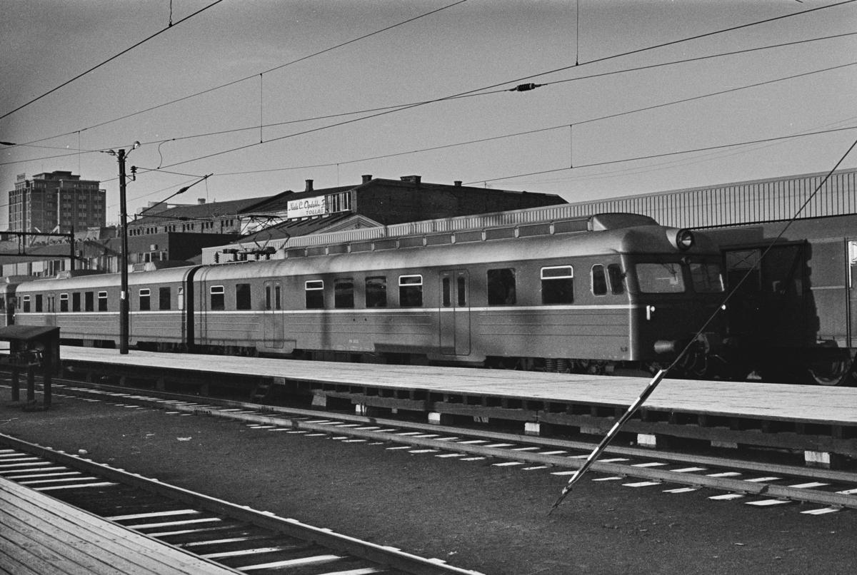 Lokaltog til Lillestrøm med elektrisk motorvognsett type 69A på Oslo Ø.