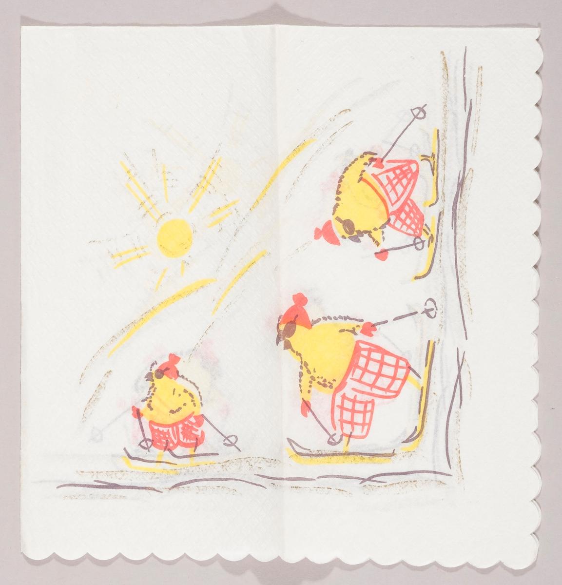 Tre kyllinger med rutete bukser, lue og solbriller går på ski. I bakgrunnen en strålende sol over et hvit fjellområde.