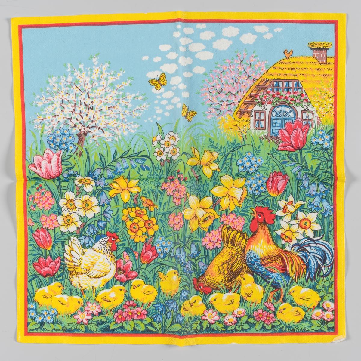 En hane og en hvit og en brun høne og en flokk med kyllinger i en blomstereng med tulipaner, påskeliljer, pinseliljer, skillaer og mange andre blomster. I bakgrunnen blomstrende frukttræer og et hvit bondehus med stråtak. Blå himmel med hvite skyer og to gule sommerfugler. Rød og gul kant.