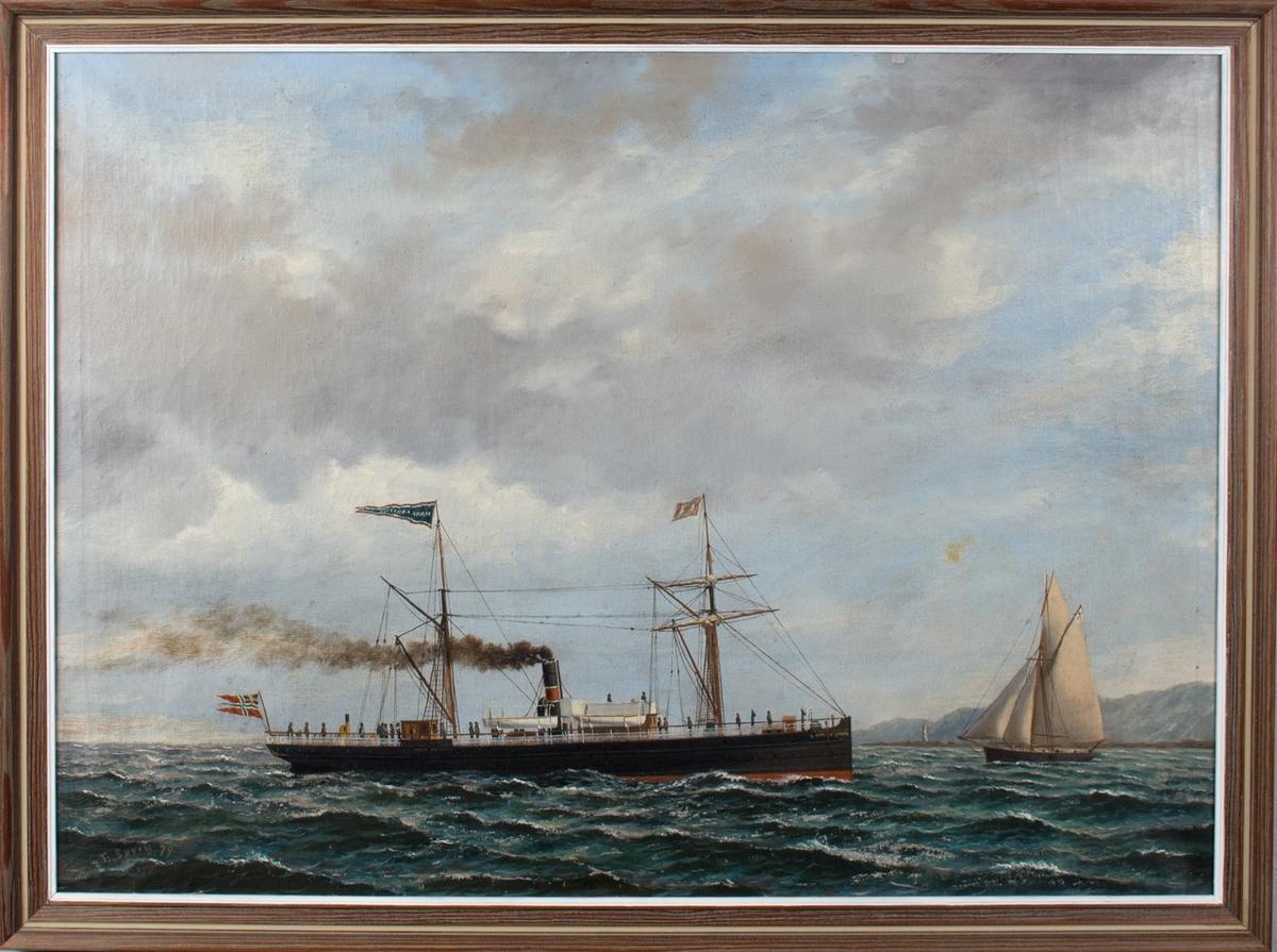 Skipsportrett av DS HAAKON ADELSTEIN under fart med land i bakgrunn. Ser en slupp til venstre i motivet. Skipet fører norsk handelsflagg med svensk-norsk unionsmerke. Ser flere passasjerer på dekk.