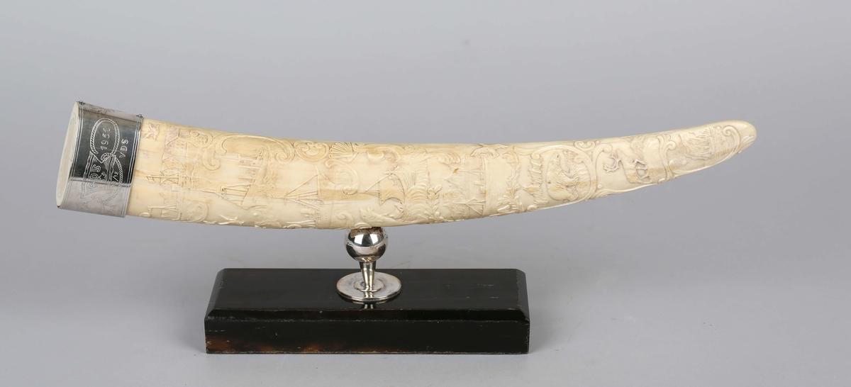 Hvalrosstann dekorert med ulke skipstyper, isbjørn, vikingskip, reinsdyr.