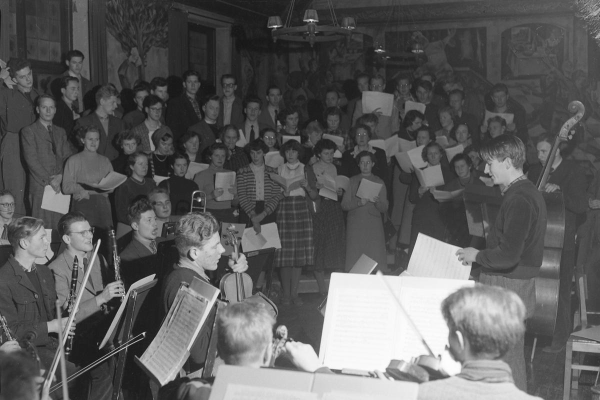 Studentkor og orkester øver til konsert