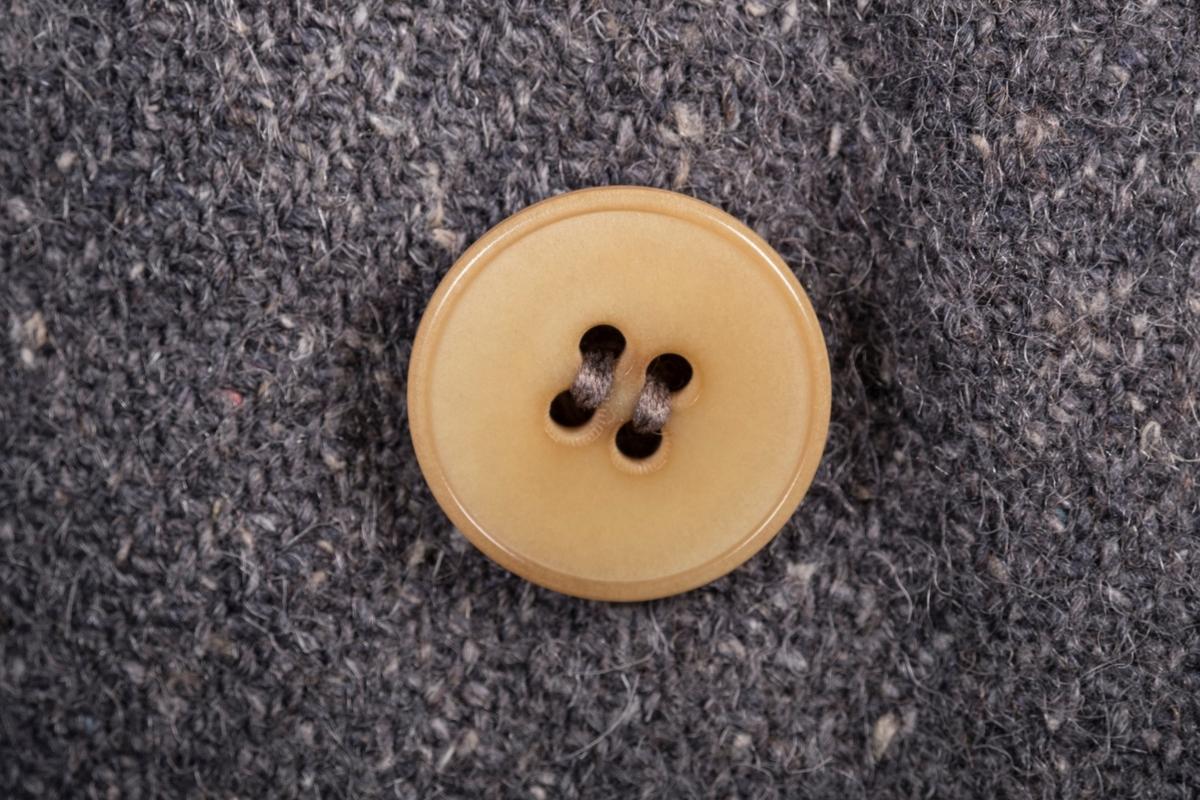 Jakken er sydd i mørkeblått melert, tykt ullkypert, fargen er delvis sterkt falmet. På høyre bryst er det påsydd en stofflapp med fangenummeret 4461, som identifiserer eieren av jakka som Kåre Fredrik Wilhelmsen. Inni jakken er det sydd inn en liten lapp som angik jakkestørrelsen til størrelse 50. Jakken har seks lysebrune knapperi ukjent materiale, og fire hvite striper sydd på venstre arm.