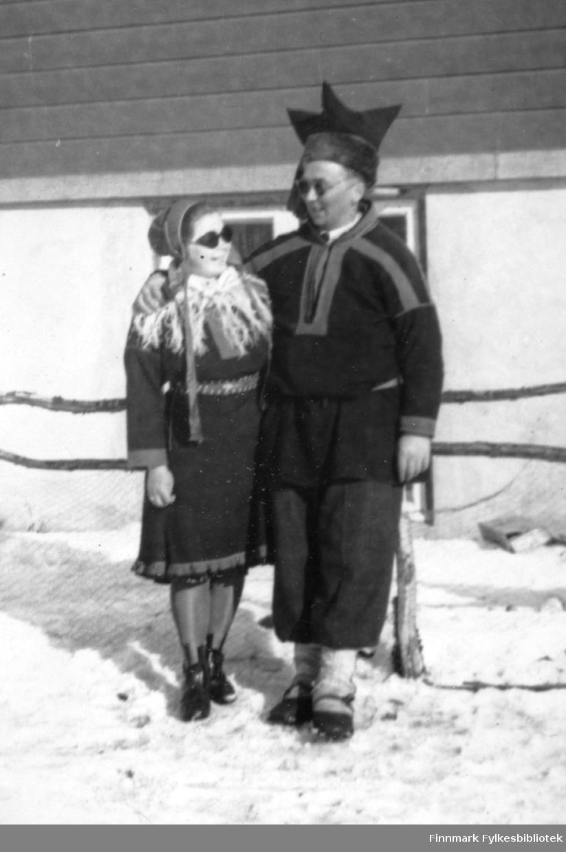 Utenfor Polmak Internat. Familiealbum tilhørende familien Klemetsen. Utlånt av Trygve Klemetsen. Periode: 1930-1960.