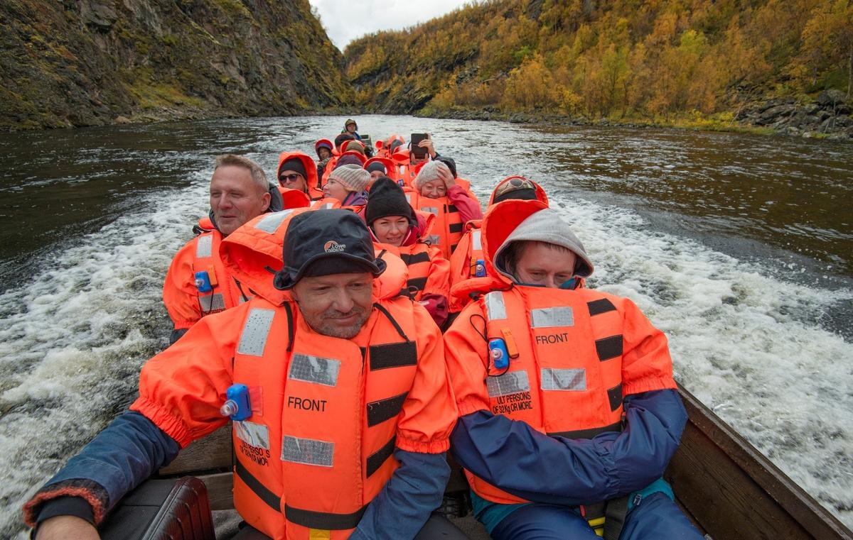 Delegasjon fra Norges vassdrags- og energidirektorats (NVSs) museumsordning i elvebåt, som firmaet Cavzo Safari bruker i sitt opplevelsestilbud på Kautokeinoelva/Guovdageaineatnu i Finnmark.  Sikkerheten var ivaretatt ved at gjestene var iført oransje redningsvester.  Dette vassdraget var truet da de første planene for utbygging av Alta/Kautokeino-vassdraget ble lansert tre år etter at kirka sto ferdig. Ei kort orientering om saksforløpet, der Masi etter hvert ble spart, er finnes under fanen «Opplysninger».