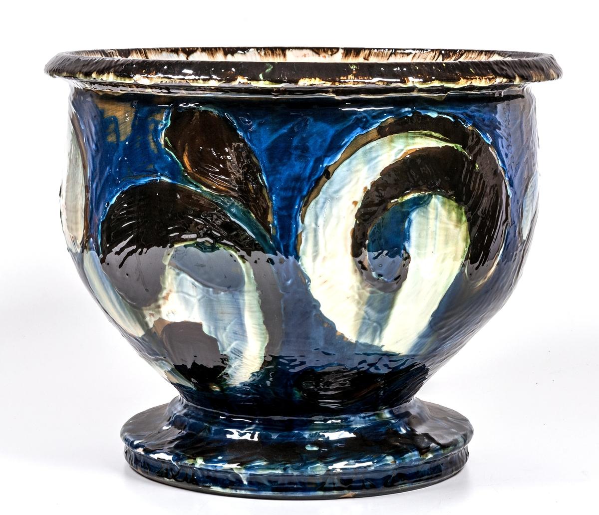 Urna, keramik. Djupblå med dekor i vitt och brunt. Fot. Märke; HAK Danmark.