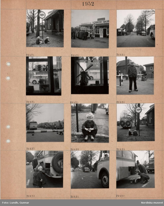 """Motiv;: (ingen anteckning) ; """"Holland 21400 - 444."""", gatuvy med två barn som leker vid en vägskylt """"Douane Zoll"""", en grupp män står vid en byggnad med skylt """"Touringclub Scandinavian - Snackb??"""", en man i uniform står vid en bil vid en vägbom, interiör med en prydnadssak i form av en väderkvarn står i ett fönster, porträtt av en man som står vid en vägbom, porträtt av ett barn som sitter på marken, två män i uniform lyfter ur bagage ur en buss."""