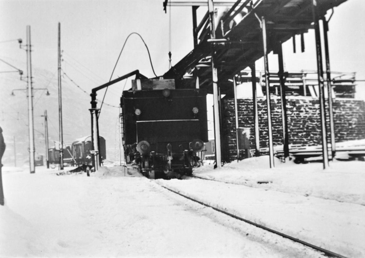 Vannfylling på damplokomotiv type 33a nr. 300 på Bergen stasjon.