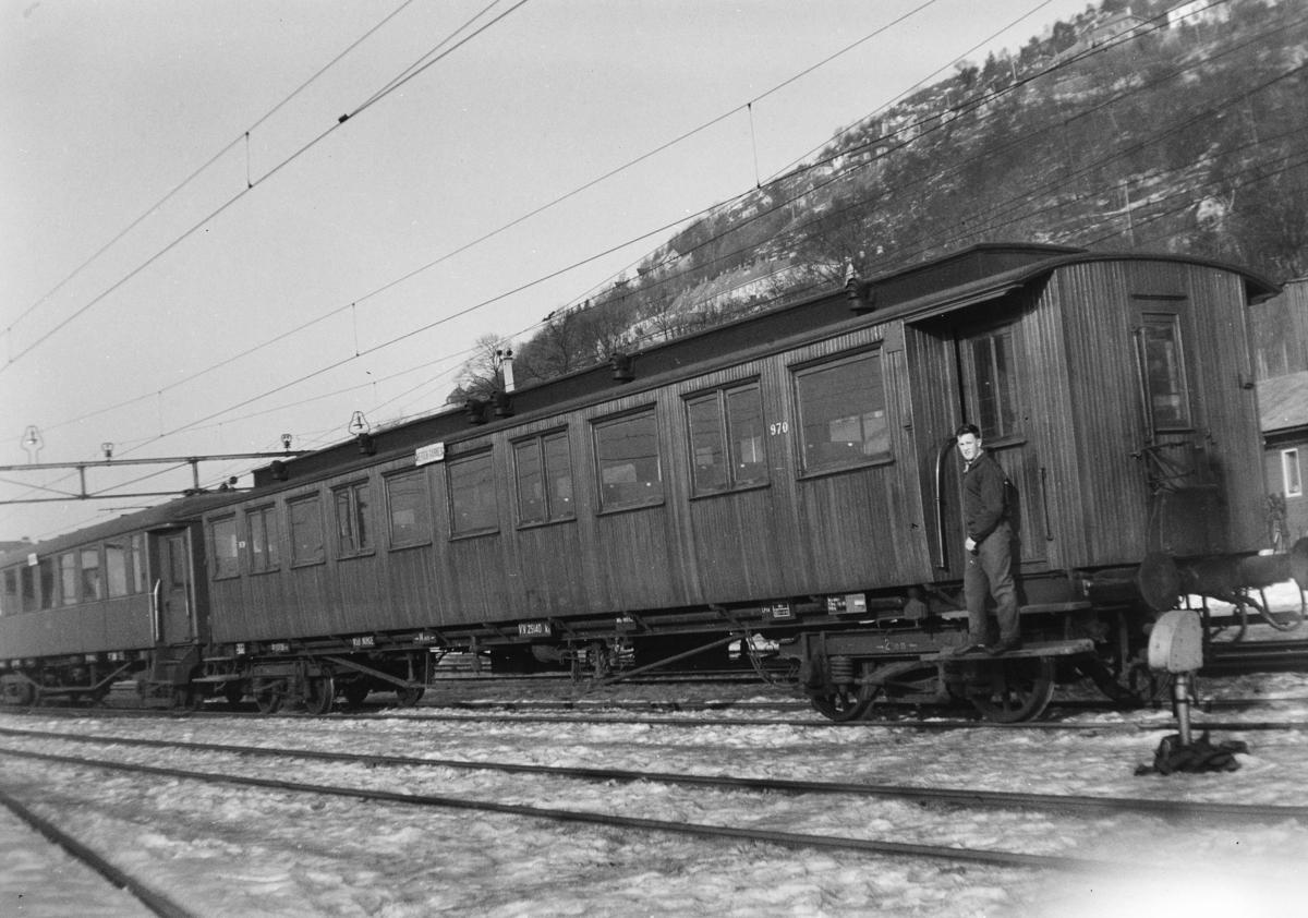 Personvogn for lokaltrafikk litra Bo4b type 3 nr. 970 på Bergen stasjon.