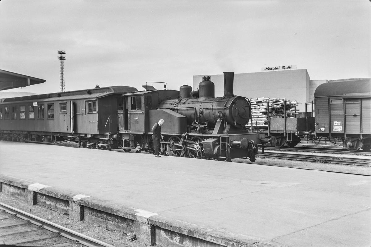 Damplokomotiv type 23b nr. 455 på Trondheim stasjon.