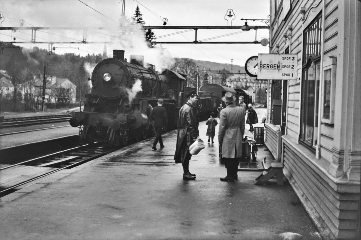 Godstog til Bergen, tog 5515, på Nesttun stasjon. Toget trekkes av damplokomotiv type 31b nr. 426.