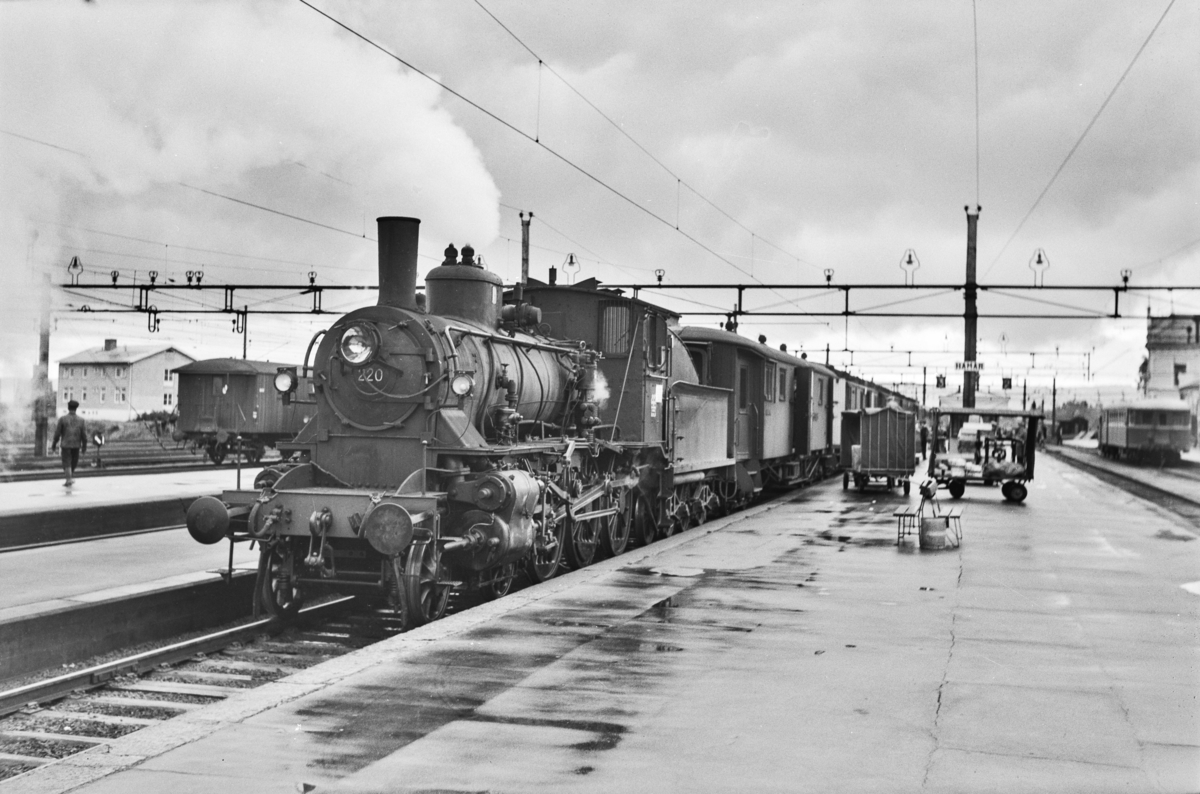 Dagtoget fra Oslo Ø til Trondheim over Røros, tog 301, på Hamar stasjon. Toget trekkes av damplokomotiv type 27a nr. 220.