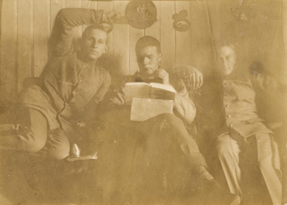 "Text i fotoalbum: ""Tre regementskamrater i ""förbjudna rummet."""