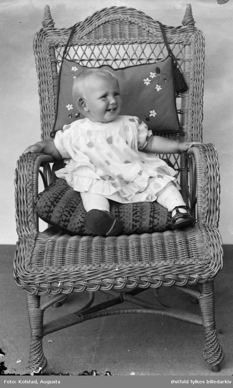 Portrett av ukjent barn i kurvstol.
