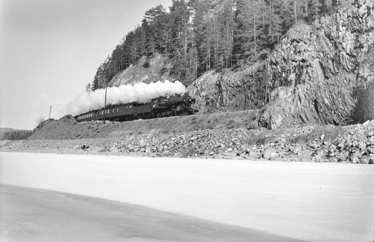 Tog fra Lillehammar til Oslo Ø, tog 322, ved Furuberget mellom Jessnes og Hamar. Toget trekkes av damplokomotiv type 30c nr. 469.
