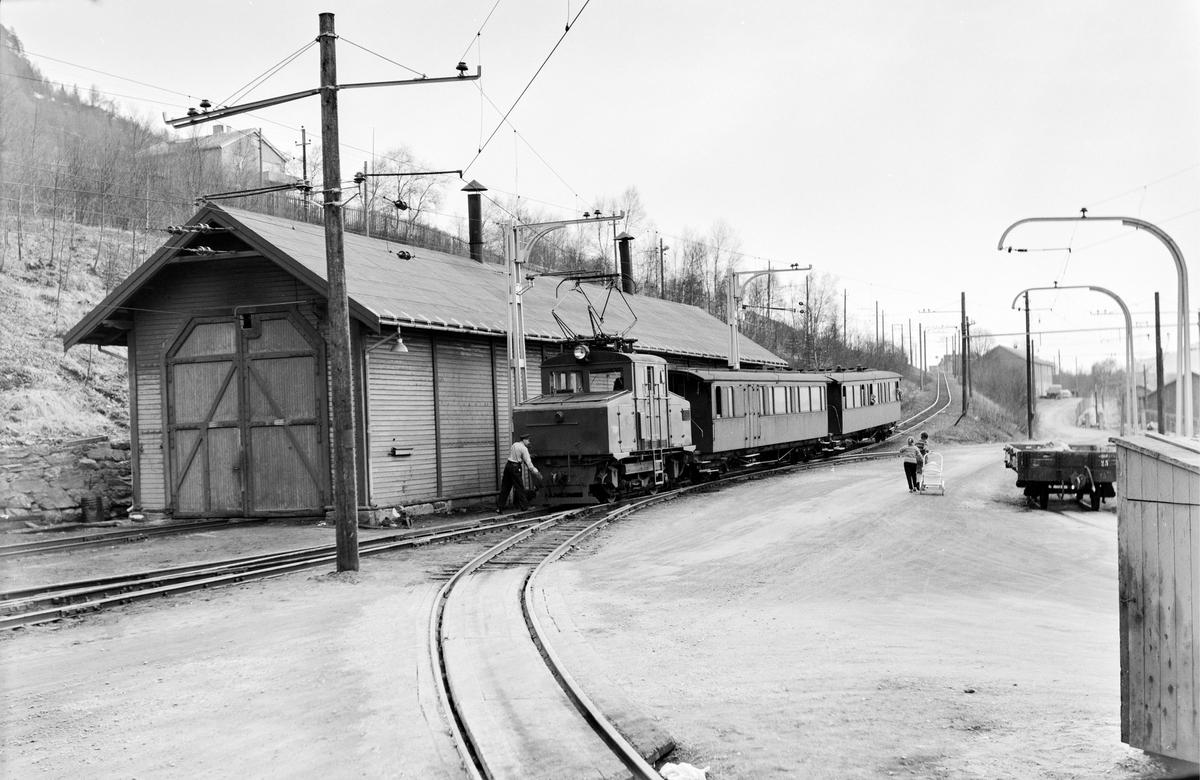 Persontog på Thamshavn stasjon trukket av Thamshavnbanens elektriske lokomotiv nr. 5..