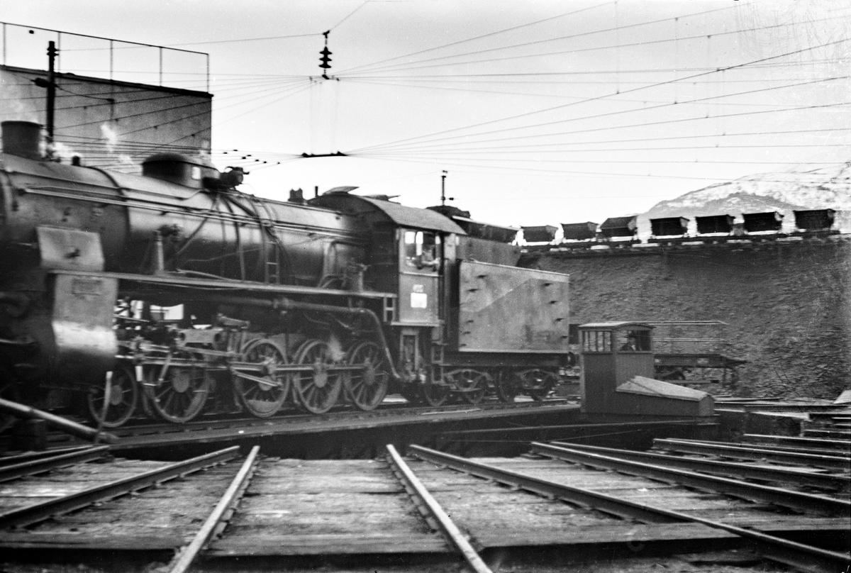 Damplokomotiv type 31b nr. 400 på svingskiven på Voss stasjon. I bakgrunnen vagger som ble benyttet til transport av kull til damplokomotivene.