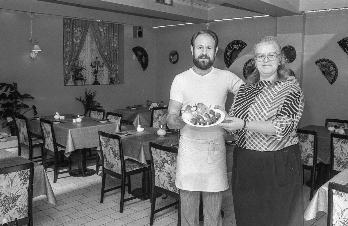 La Casita, spansk restaurant i Ski, med ny innredning. spanske vifter på veggen og oljelamper på bordene. Kokk Paco Francisco Serrano og innehaver Inger Joahhen Henriksen med mattallerken.