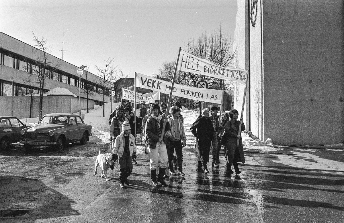 8. mars i Follo, demonstrasjonstog i Ås med bannere og slagord. Møter og taler. Fotograf: ØB Grønlund