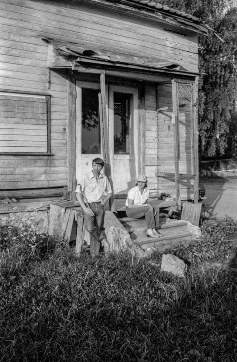 Villa Parr i Drøbak skal settes i stand. Ekteparet Pirkka og Knut Aarstrand på dørstokken med hammer og kubein.