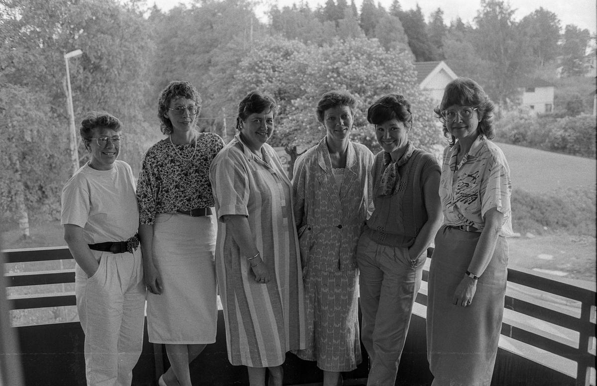 Slutt på kontantutbetalingene på trygdekontorene i Follo fra 1. juli 1988. F.v.: Nestleder på Vestby trygdekontor Randi Nordskaug og trygdesjefene Brit Sjølstad Myhre (Nesodden), Else Marit/Marie Borgersen (Enebakk), Audhild Hestvik (Vestby), Ragnhild Høiby (Ski) og Karin J. Nilsen (Oppegård).