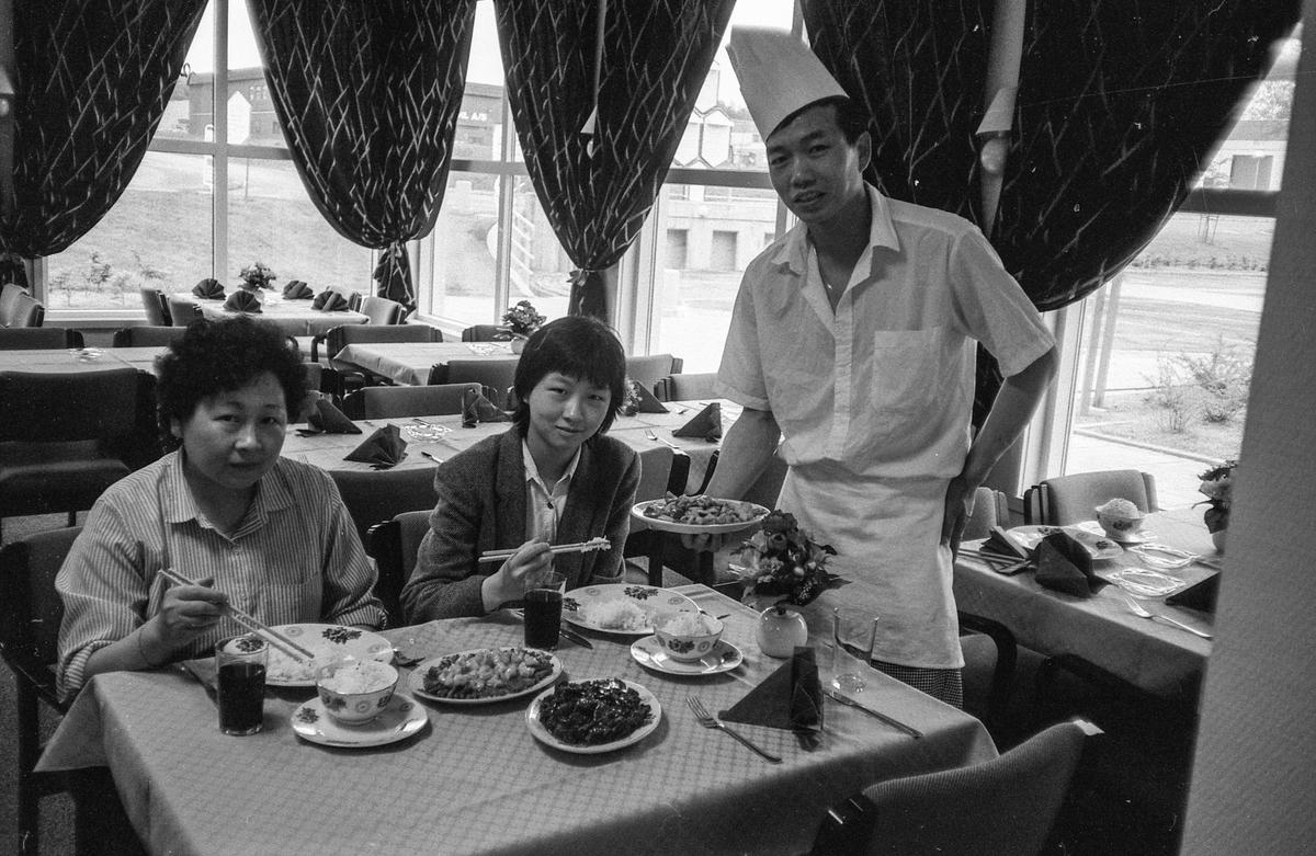 Ny kinaresturant i Ski Næringspark. Rong Hua House. Kokken Ming Hua Sai serverer mat til sin kone Chen Rong Juan og datteren Dai Ping.