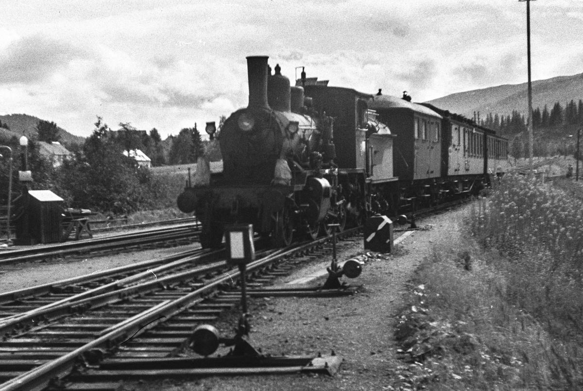 Damplokomotiv type 21c nr. 377 med persontog fra Namsos på Grong stasjon.