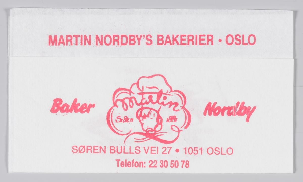 En gutt med kokkehatt og en reklametekst for Baker Martin Nordby i Oslo.  Martin Nordby åpnet sitt bakeri på Tøyen i Oslo 1881. Martin Nordby er i dag en avdeling av Bakehuset Møllhausen.  Samme reklametekst på MIA.00007-004-0249 til MIA.00007-004-0252.