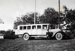 Første bussen som Conrad Pedersen hadde. Han sitter på stigb