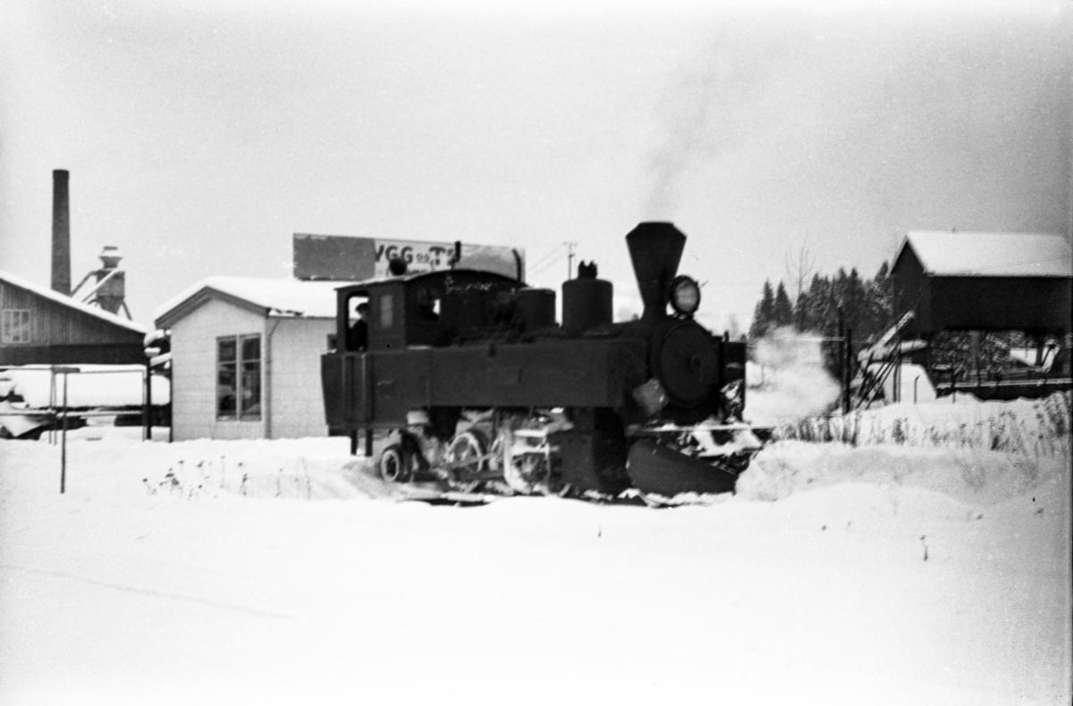 Aurskog-Hølandbanens damplokomotiv nr. 6 HØLAND på svingskiven på Sørumsand stasjon.