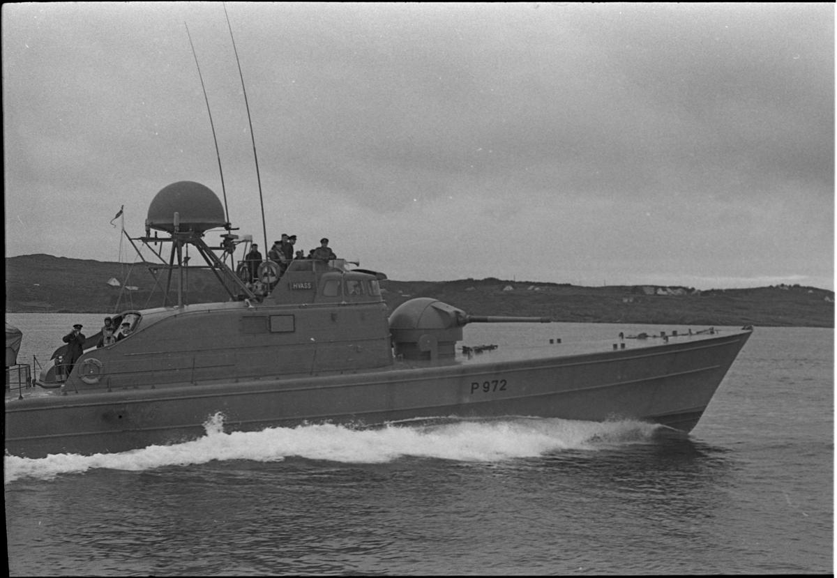"""Kanonbåten """"Hvass"""" i fart ved kysten. Det er flere menn ombord."""